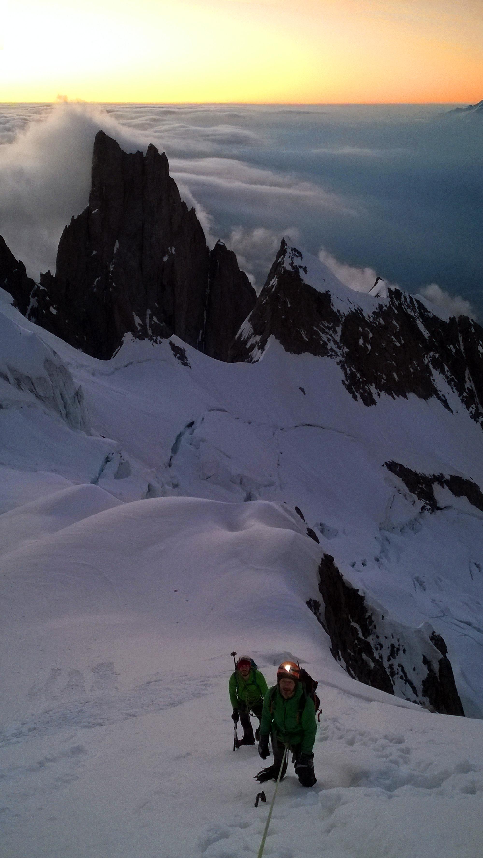la seraccata sommitale del ghiacciaio del Brouillard alle prime luci dell'alba