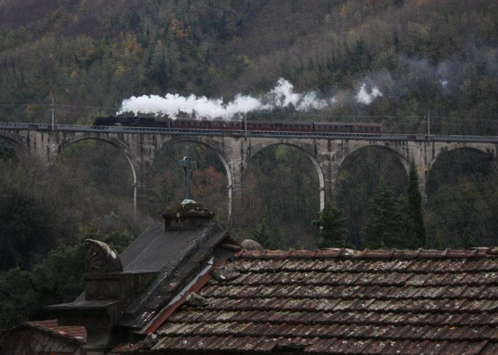 Il treno commemorativo del 150° della Porrettana transita sul ponte di Piteccio, 29/11/2014